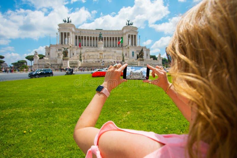 拍照片的旅游妇女在罗马,意大利 库存照片