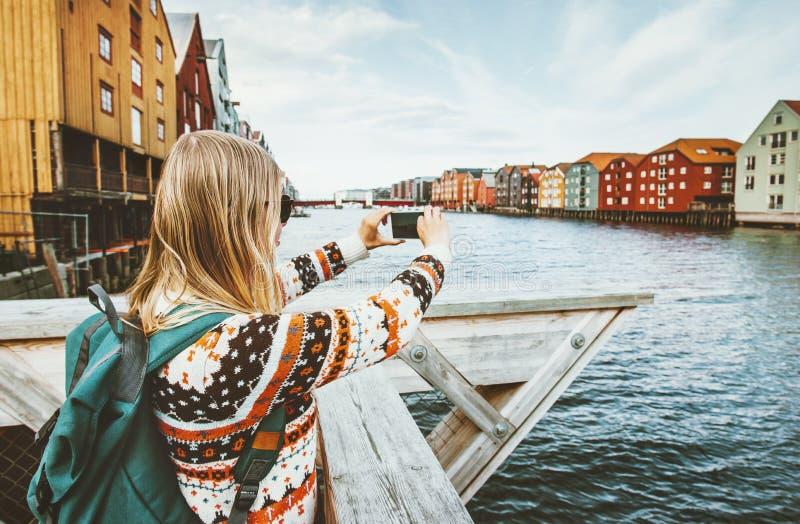 拍照片的旅游妇女由观光在挪威的智能手机 库存照片