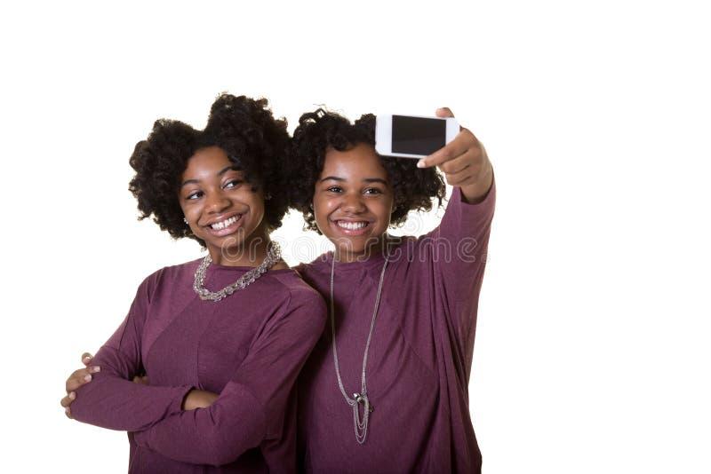 拍照片的朋友或十几岁 免版税库存照片