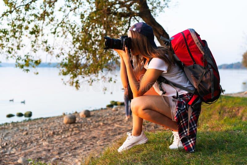 拍照片的本质摄影师户外在高涨行程期间 免版税库存照片