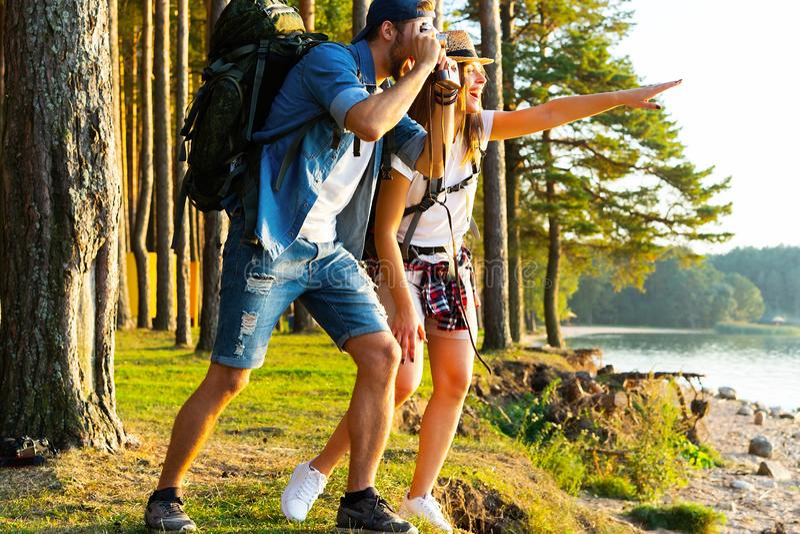 拍照片的本质摄影师户外在高涨行程期间 免版税图库摄影
