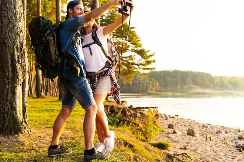 拍照片的本质摄影师户外在高涨行程期间 图库摄影