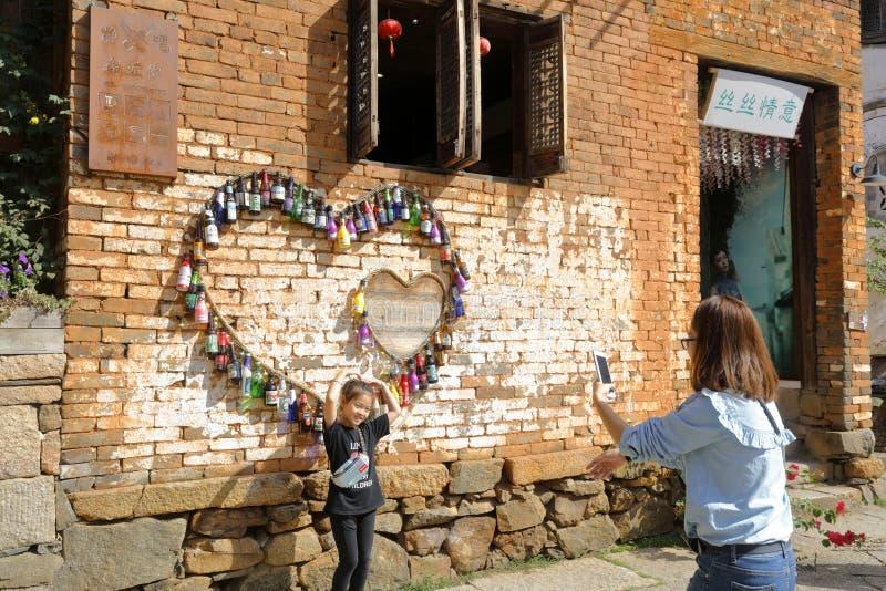 拍照片的母亲和女儿在爱样式,多孔黏土rgb下 免版税图库摄影