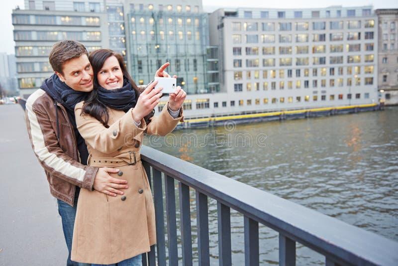 拍照片的游人在城市 库存照片