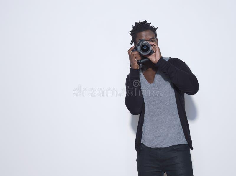 拍照片的男性摄影师 库存照片
