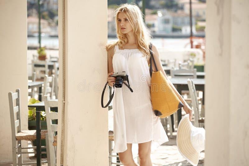 拍照片的白肤金发的夫人在旅馆的放 免版税库存图片