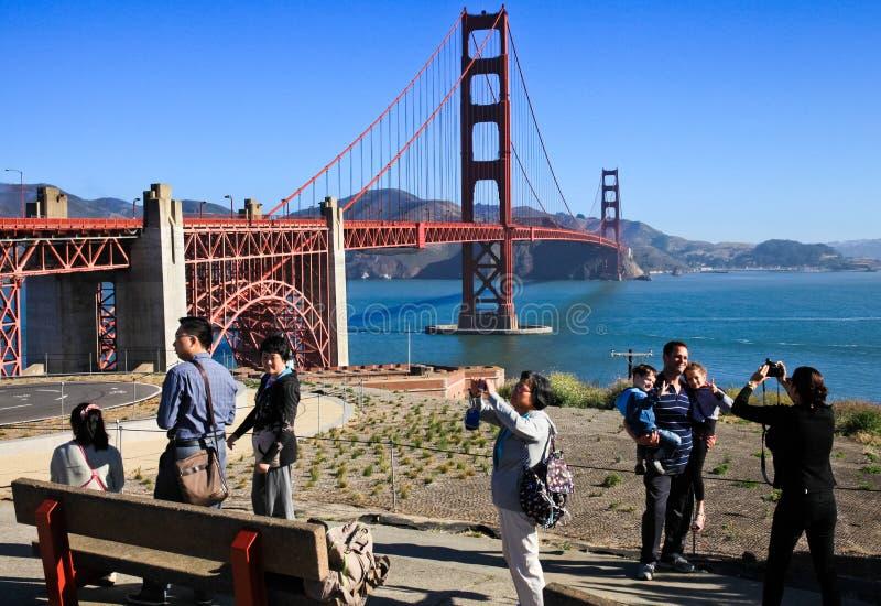 拍照片的金门大桥访客 免版税库存图片