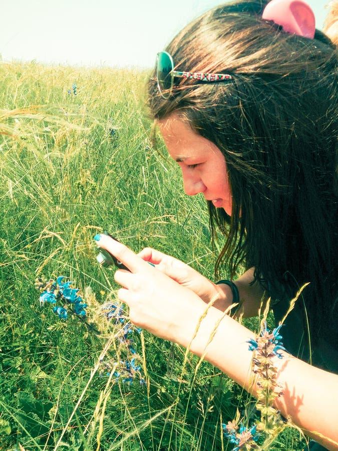 拍照片的年轻女性摄影师户外 库存照片