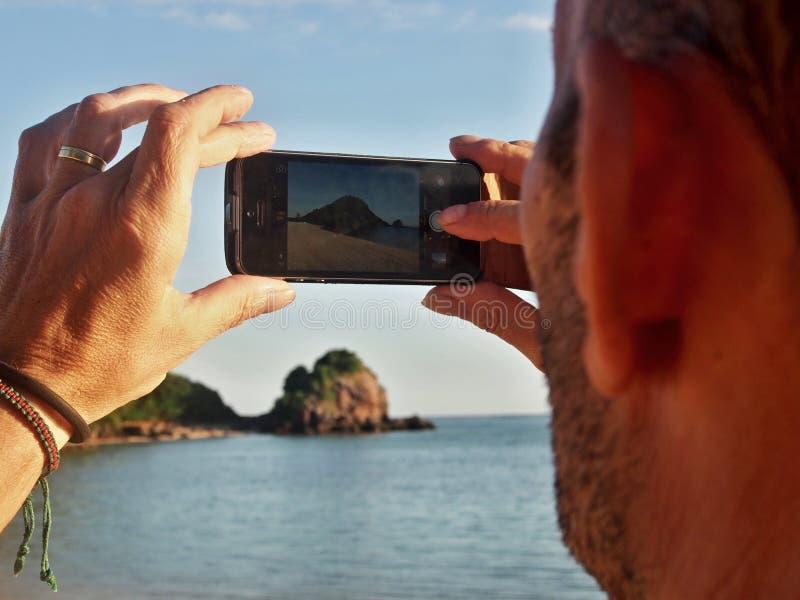 拍照片的Iphone 库存照片