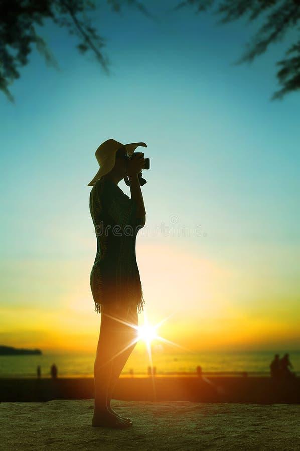 拍照片-旅游业的快乐的妇女 库存图片