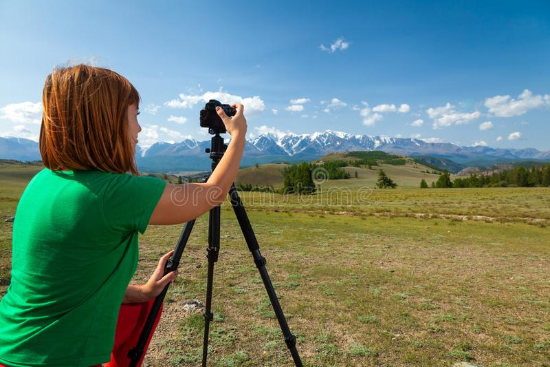 拍自然照片的旅行摄影师 库存照片