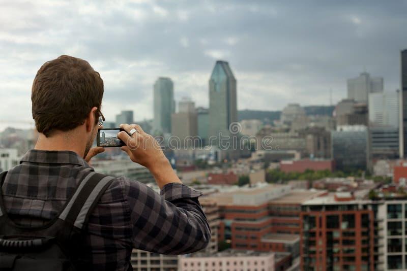 拍街市蒙特利尔的照片人 免版税图库摄影