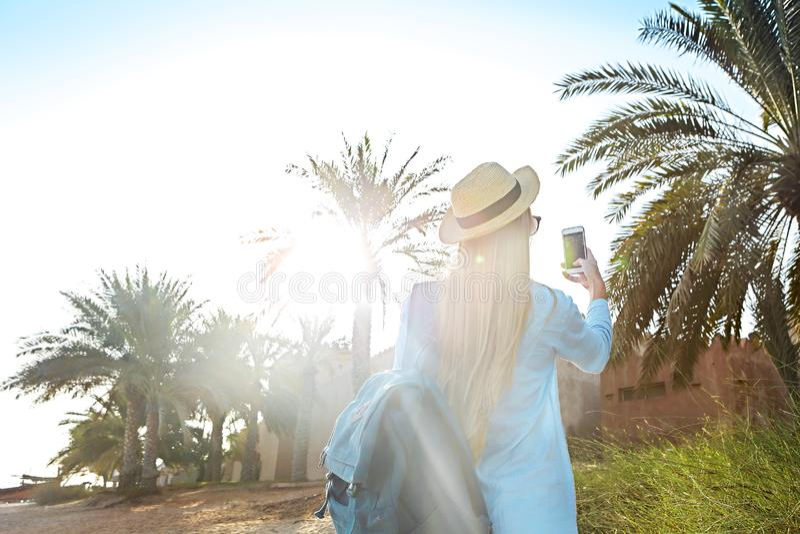 拍迪拜的老部分的照片的帽子的旅游妇女使用 库存照片