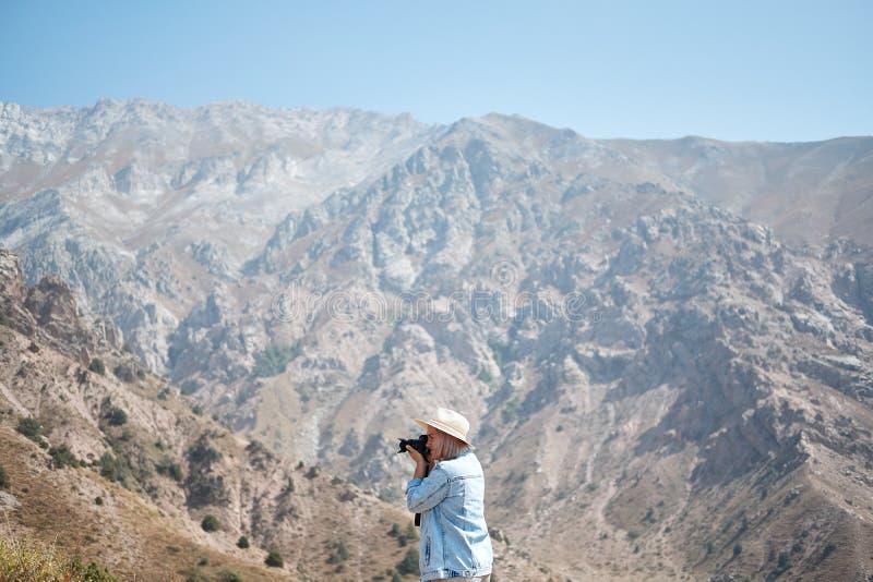 拍风景的照片与山的徒步旅行者摄影师 库存照片