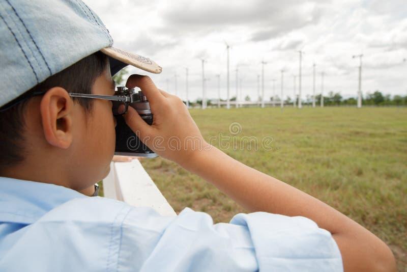 拍风轮机的照片男孩 免版税库存图片