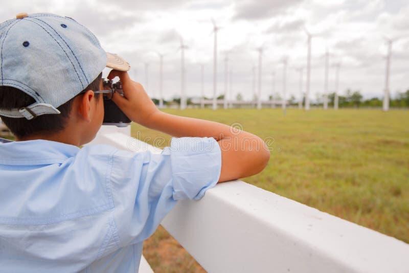 拍风轮机的照片男孩 免版税库存照片