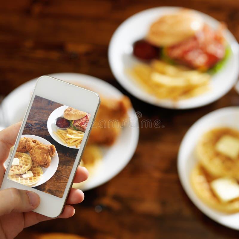 拍食物照片与智能手机的 库存照片