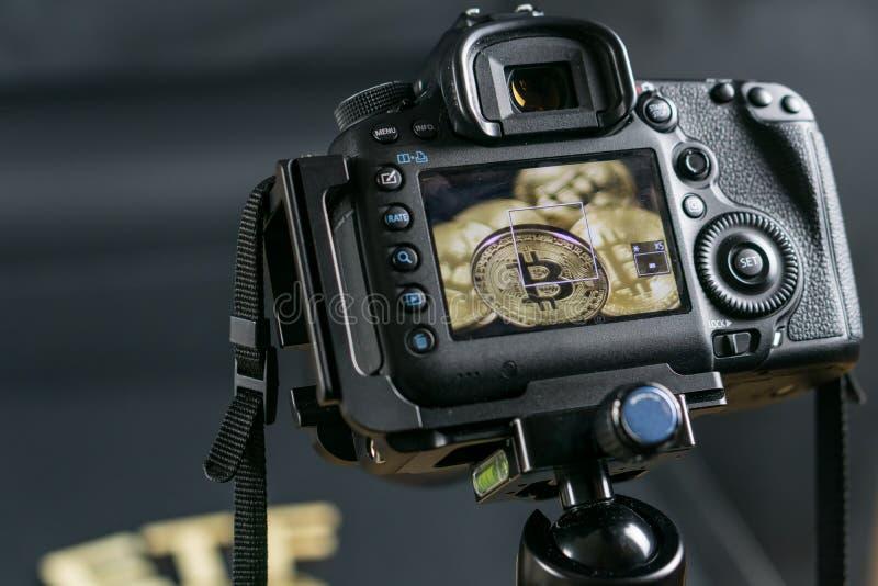 拍Bitcoin硬币的一张宏观照片DSLR照相机 在政府概念的眼睛的下Bitcoin 免版税库存照片
