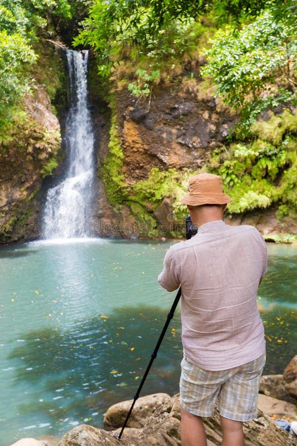 拍Chamouze瀑布的照片摄影师 毛里求斯 免版税图库摄影