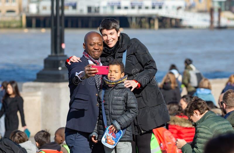 拍selfi照片的英国家庭 免版税图库摄影