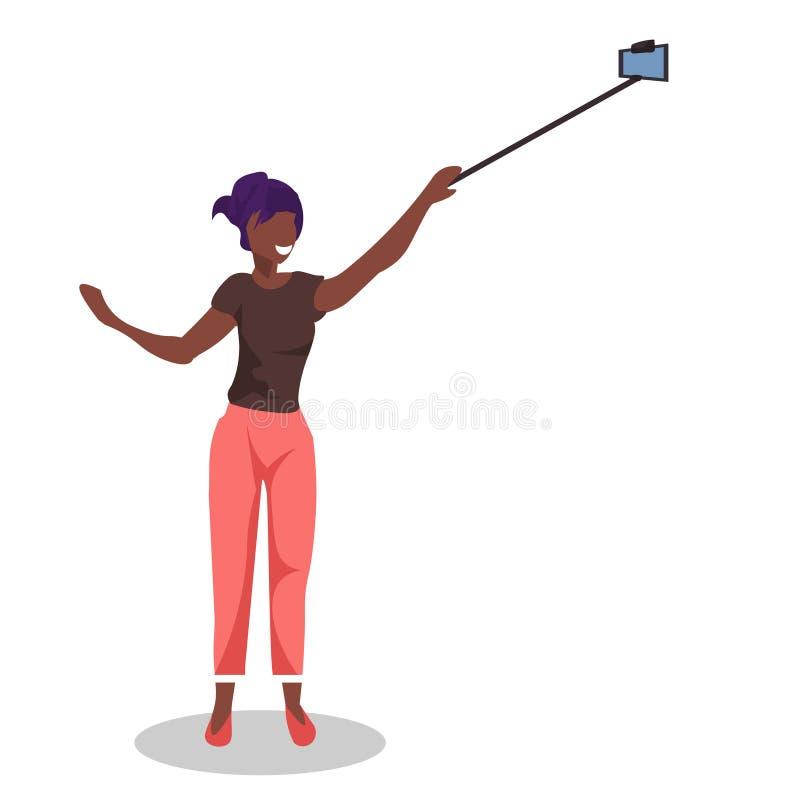 拍selfie照片用自已棍子的非裔美国人的妇女由智能手机充分摆在白色背景的照相机女孩 皇族释放例证