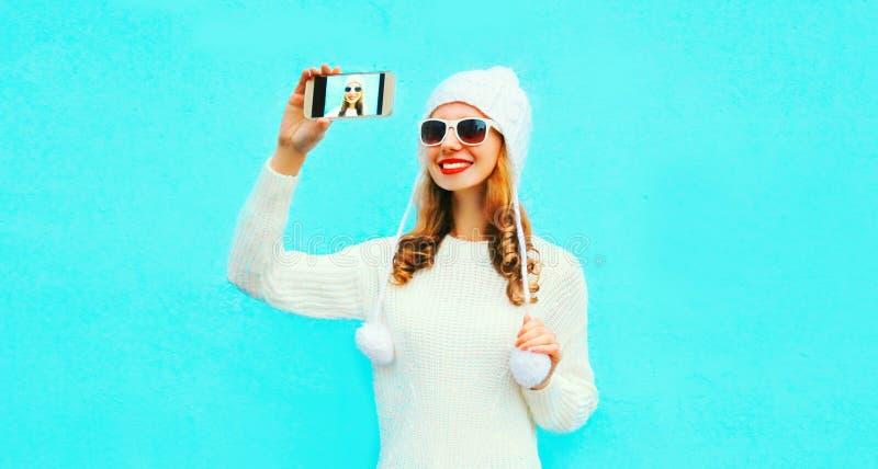 拍selfie照片的画象愉快的微笑的妇女由智能手机 免版税图库摄影