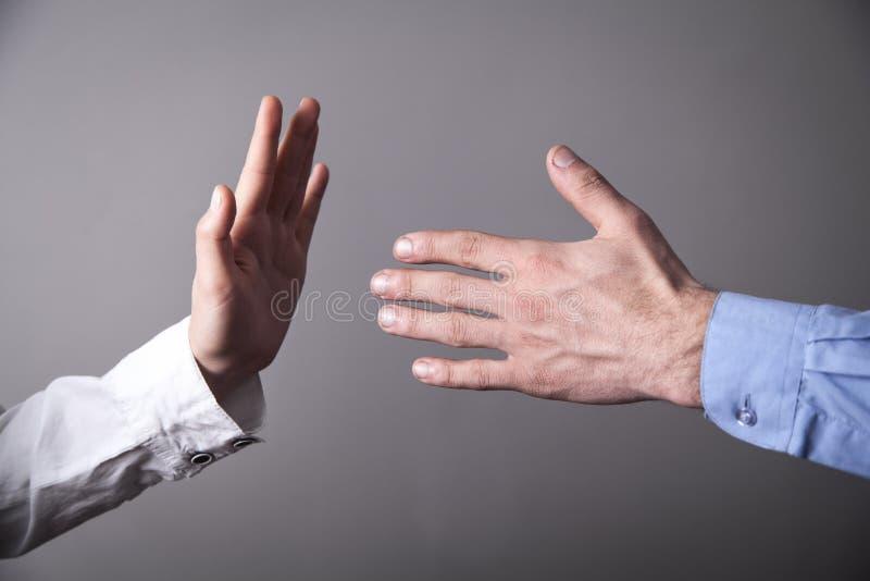 拒绝女性的手男性手震动 免版税库存照片