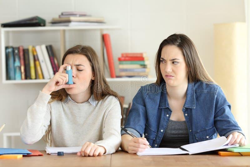 拒绝她的asmathic朋友的学生 免版税图库摄影