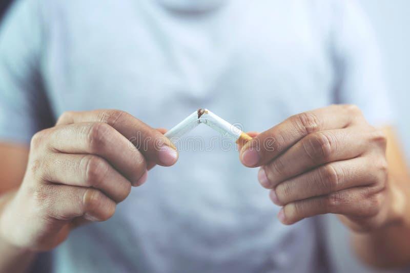 拒绝的人放弃的抽烟香烟概念和健康 库存图片