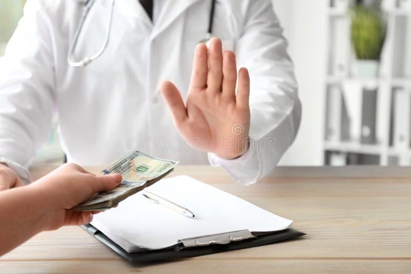 拒绝的医生收取贿款 腐败概念 库存图片