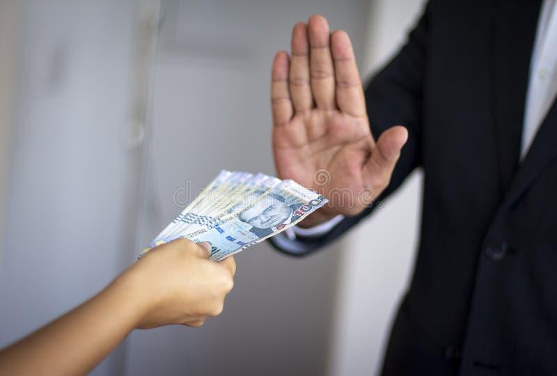 拒绝秘鲁金钱的人由妇女提供了 免版税库存照片