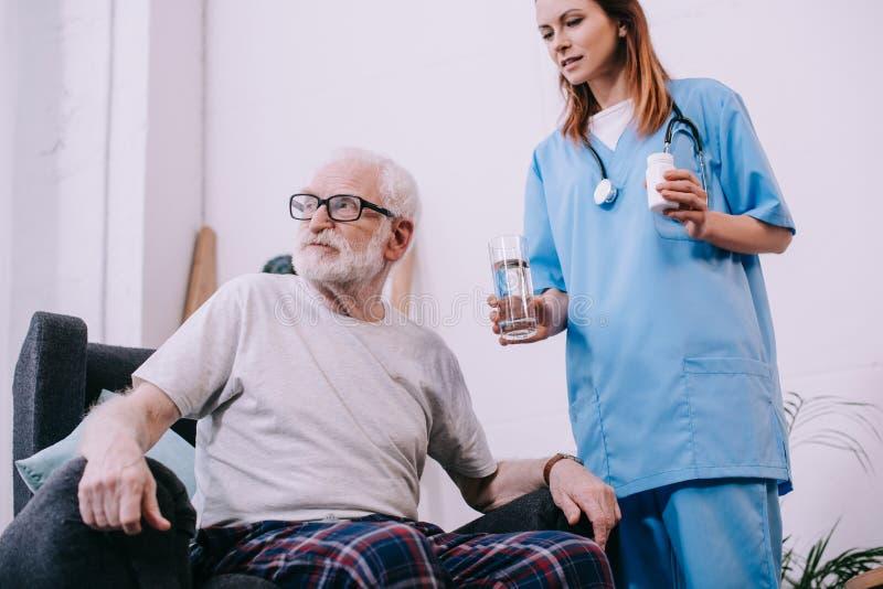 拒绝资深的患者采取疗程 免版税库存图片