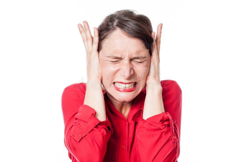 拒绝听的被拉紧的少妇覆盖物耳朵问题 免版税图库摄影