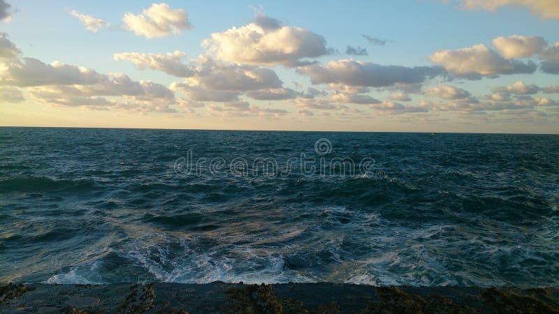 拒绝细致的金亲切的海运海浪 免版税库存图片