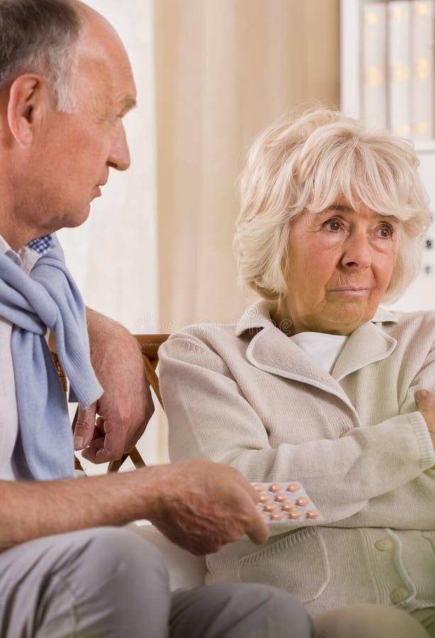 拒绝的妻子采取医学 免版税库存图片