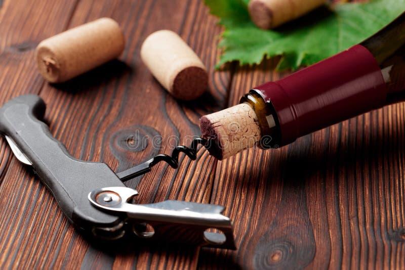 拔塞螺旋和瓶在委员会的酒-图象 库存照片