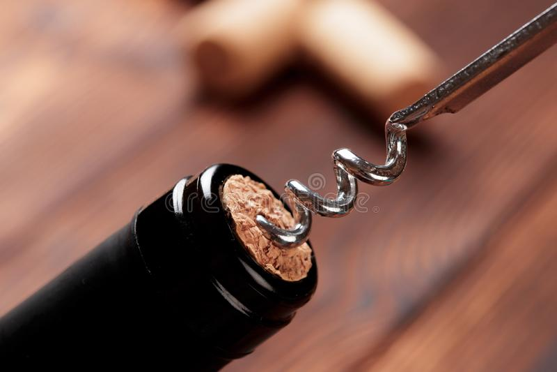 拔塞螺旋和瓶在委员会的酒-图象 免版税库存图片