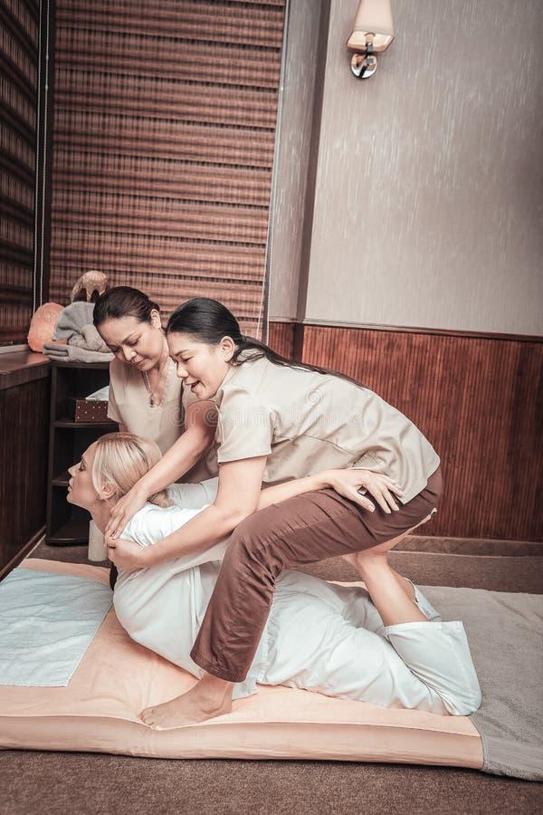 拔客户身体的好亚裔妇女 图库摄影