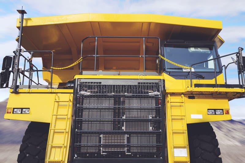 拖拉卡车在建造场所 免版税库存图片