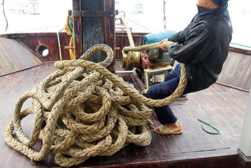 拖拉在船锚的机务人员 库存照片