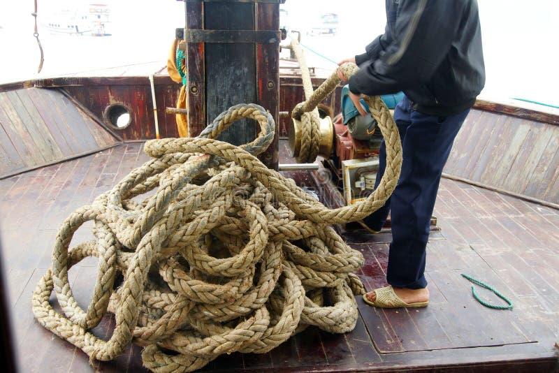 拖拉在船锚的机务人员 库存图片
