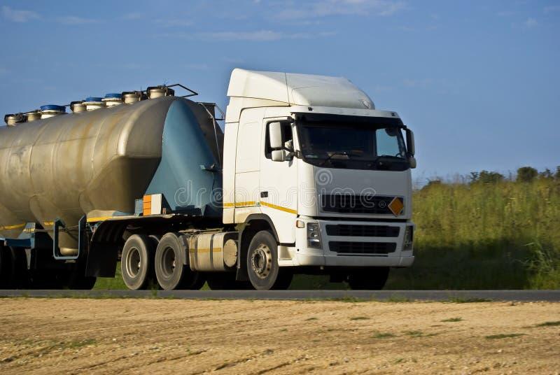 拖拉大量罐车运输的责任 免版税图库摄影