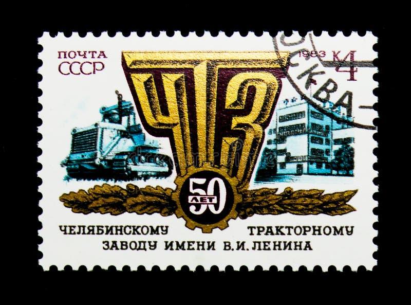 拖拉机、工厂,第50周年Chelya象征和大厦  免版税库存照片