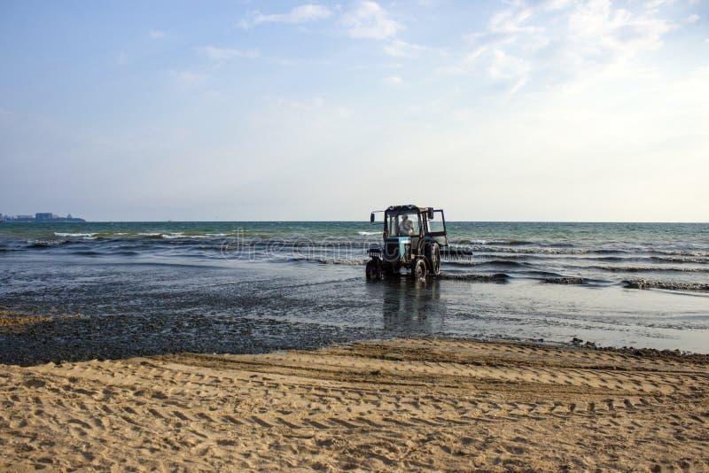 在海滩的拖拉机 图库摄影