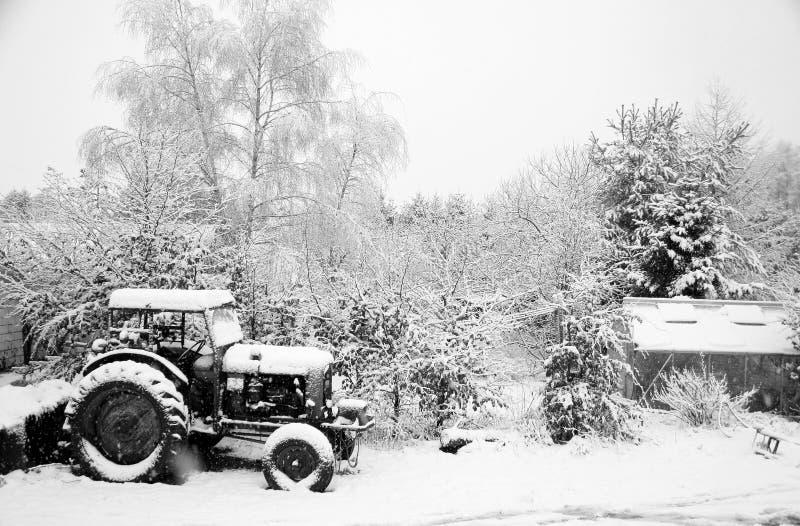 拖拉机冬天 库存照片