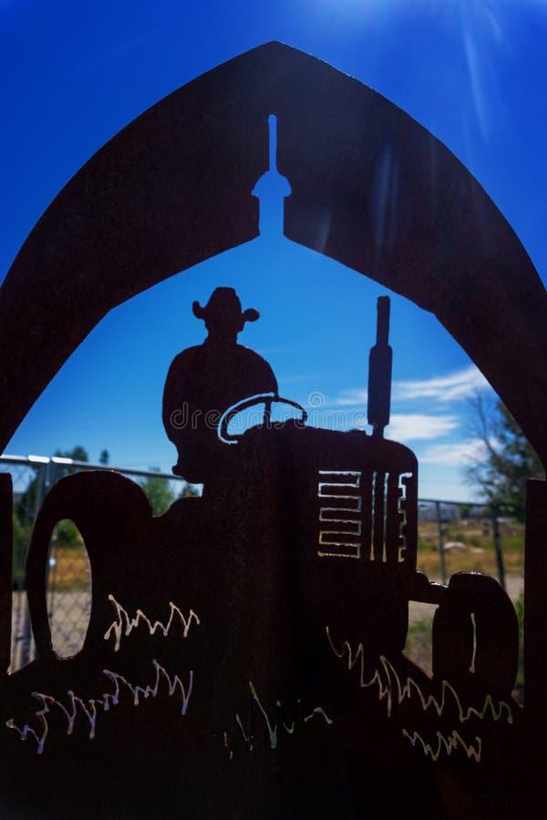拖拉机剪影在怀俄明 图库摄影