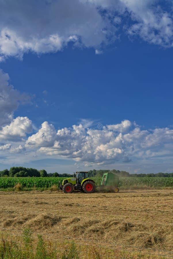 拖拉机和收获 免版税库存照片
