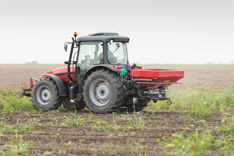 拖拉机和肥料 免版税库存照片