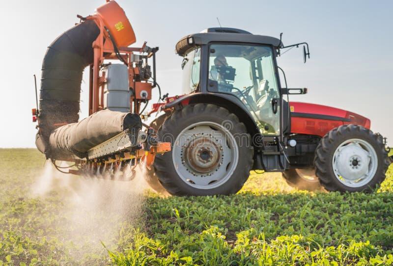 拖拉机喷洒的杀虫剂 免版税库存照片