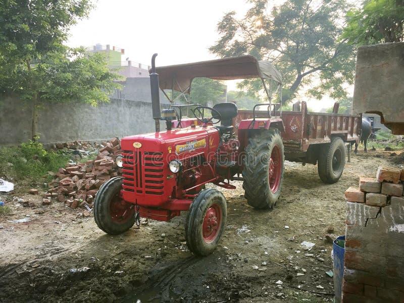 拖拉机在村庄 库存照片